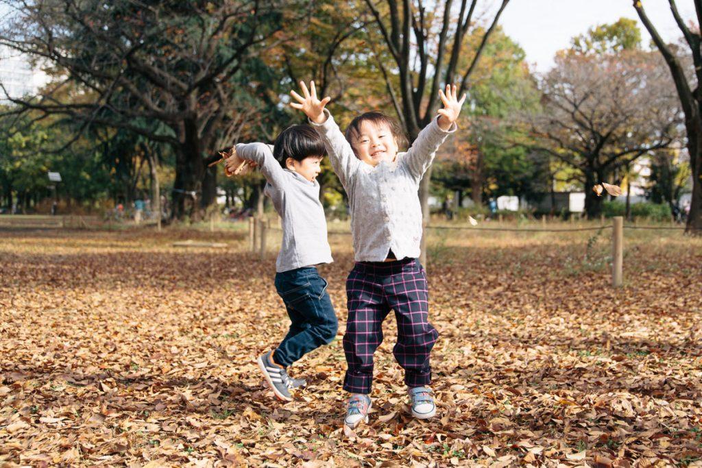 武蔵野中央公園落ち葉で遊ぶ子どもたち