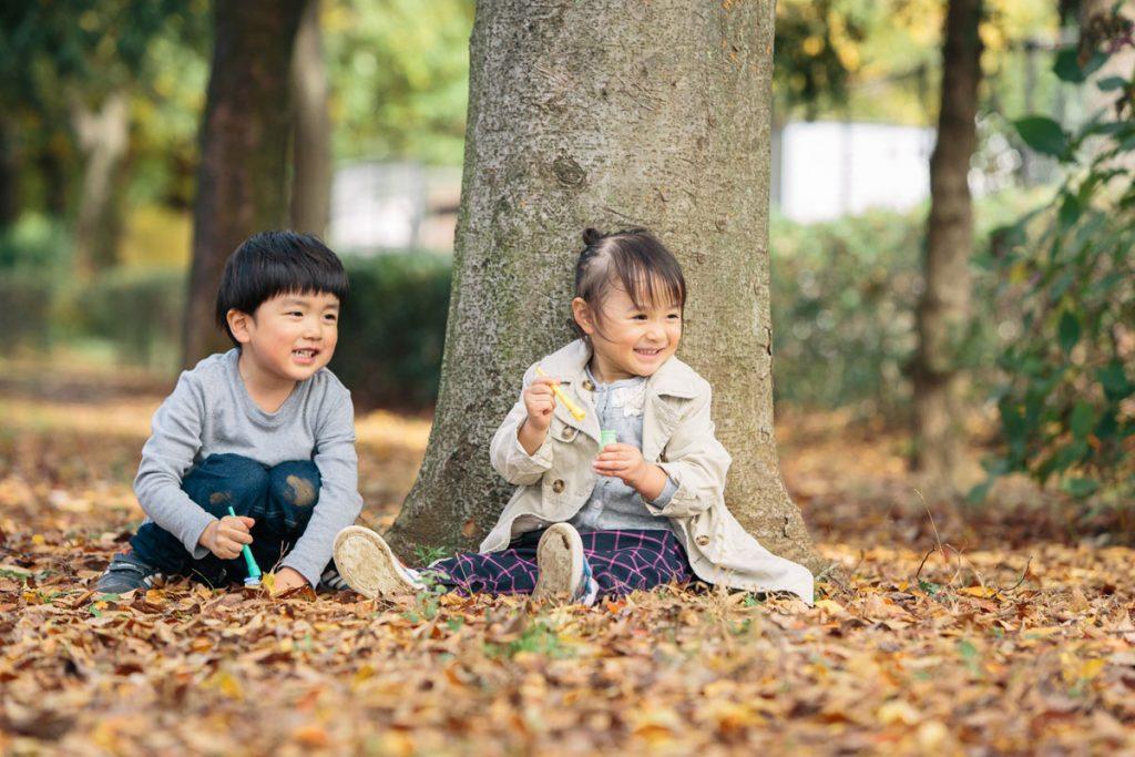 武蔵野中央公園でシャボン玉で遊ぶ子供