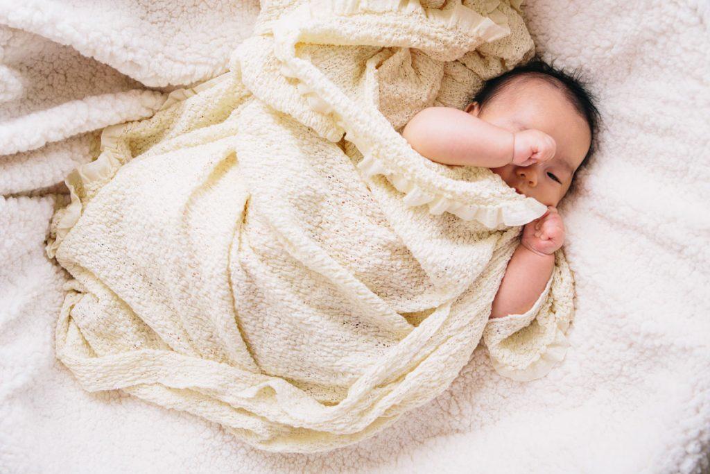 布に包まれた赤ちゃん記念撮影
