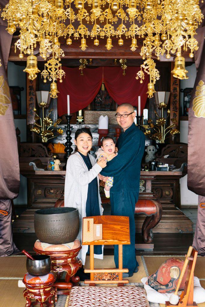 お寺で家族写真