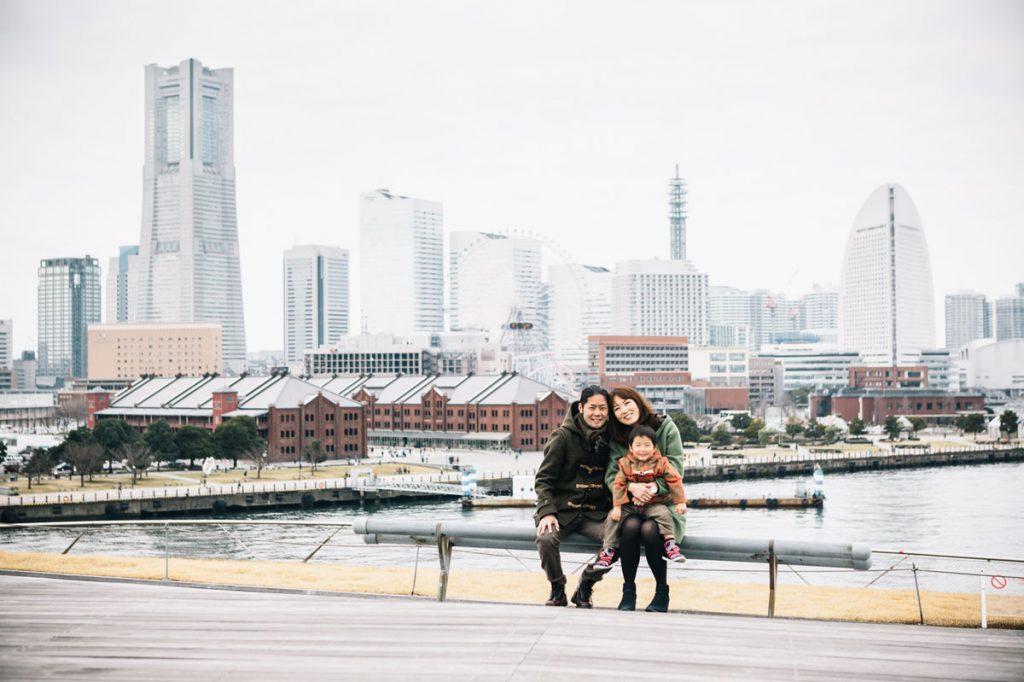 みなとみらいを背景に撮影した家族写真