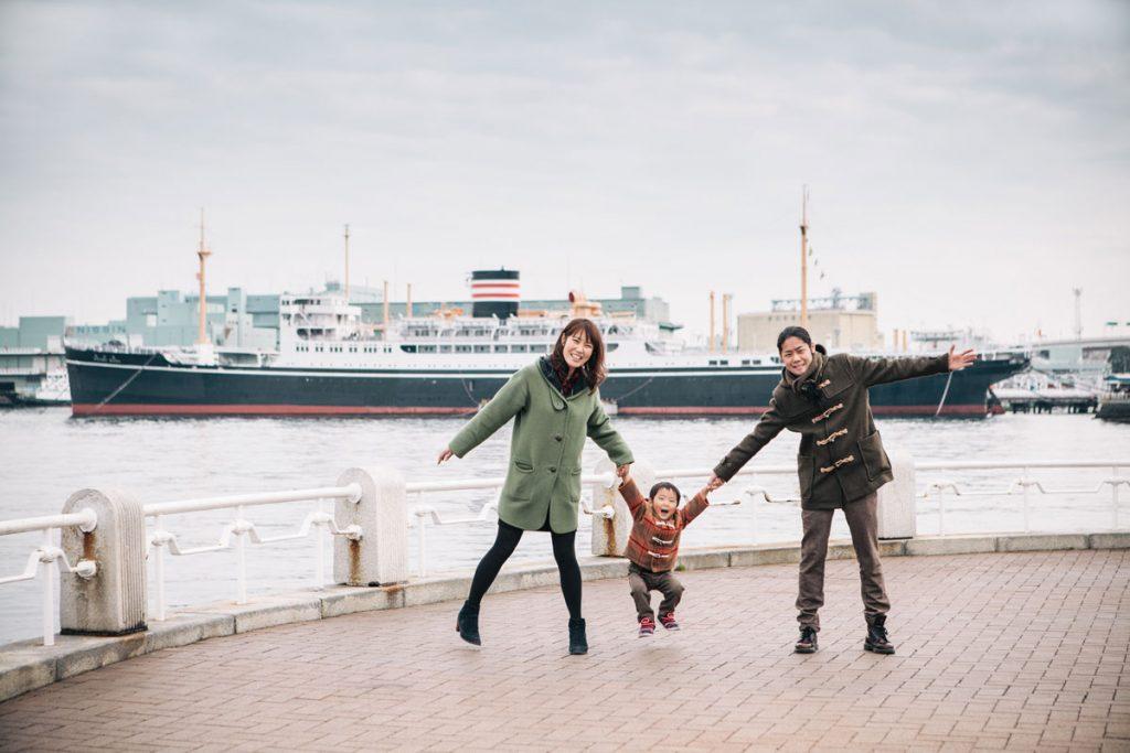 日本郵船氷川丸を背景に撮影した家族写真