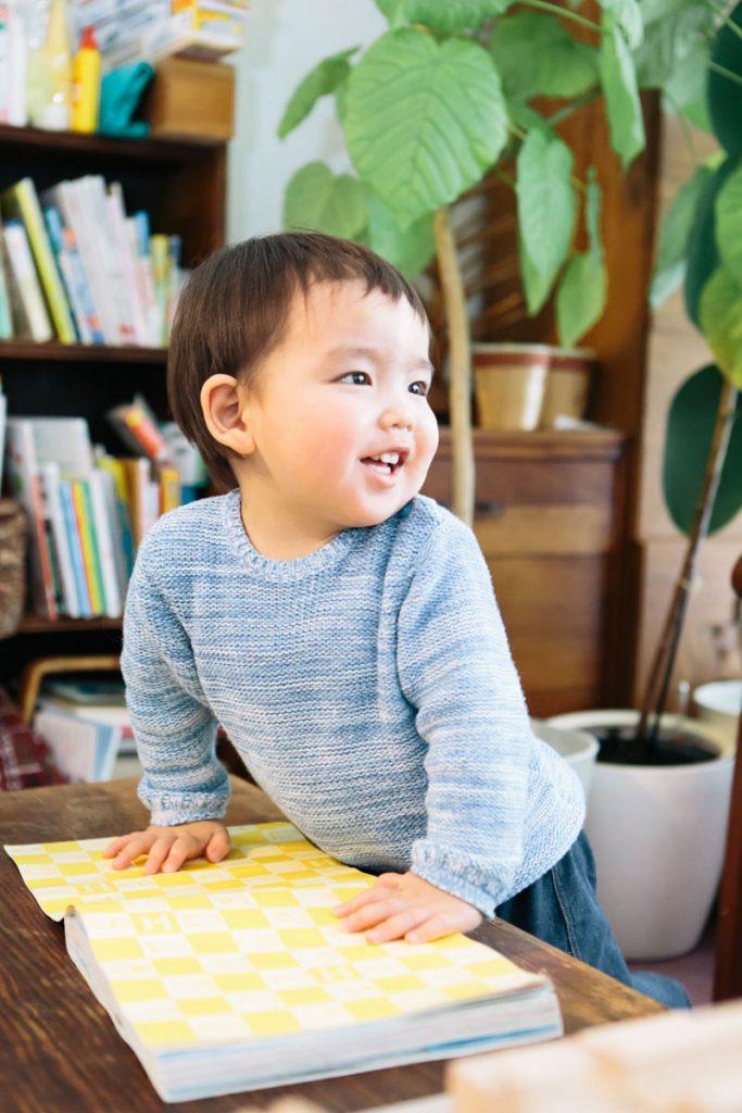 絵本を読み終わってご機嫌な表情の男の子
