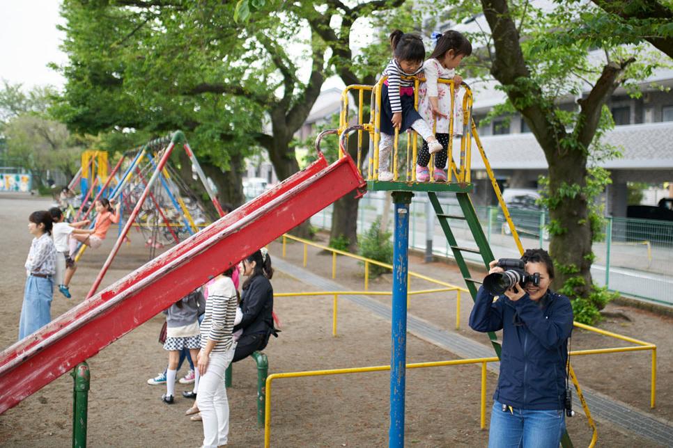 ランドセルの子どもを撮影する女性カメラマン