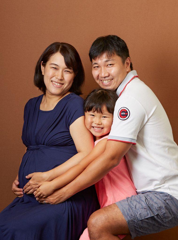 みんなでギュー、仲良し家族写真