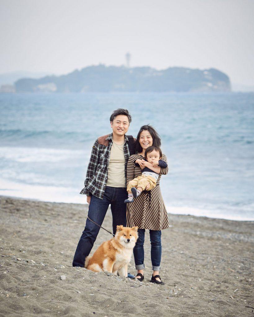 江ノ島を背景に家族の記念写真
