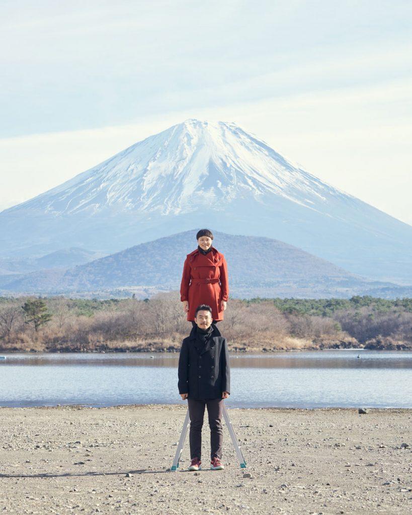 若松写真館の2017年の年賀状、富士山バックに縦に並んでみた。精進湖にて。