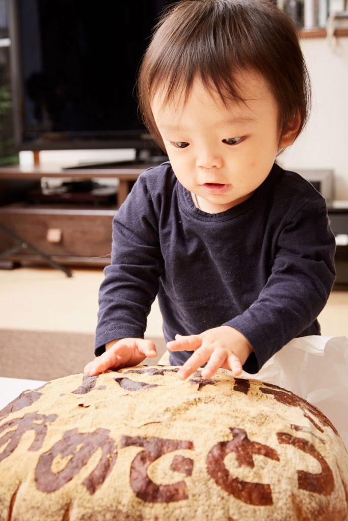 一升パンに興味津津な男の子
