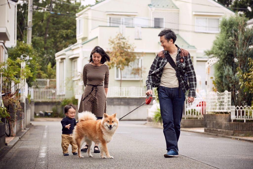 お散歩に出かける家族のシーン