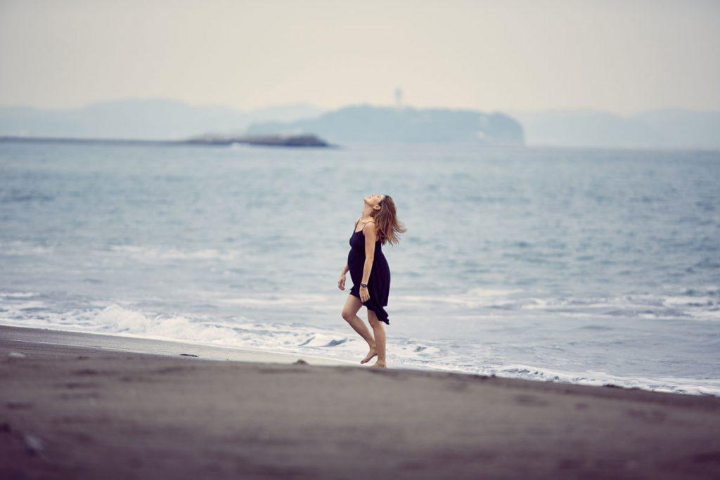 江ノ島バックのマタニティ写真、カラー