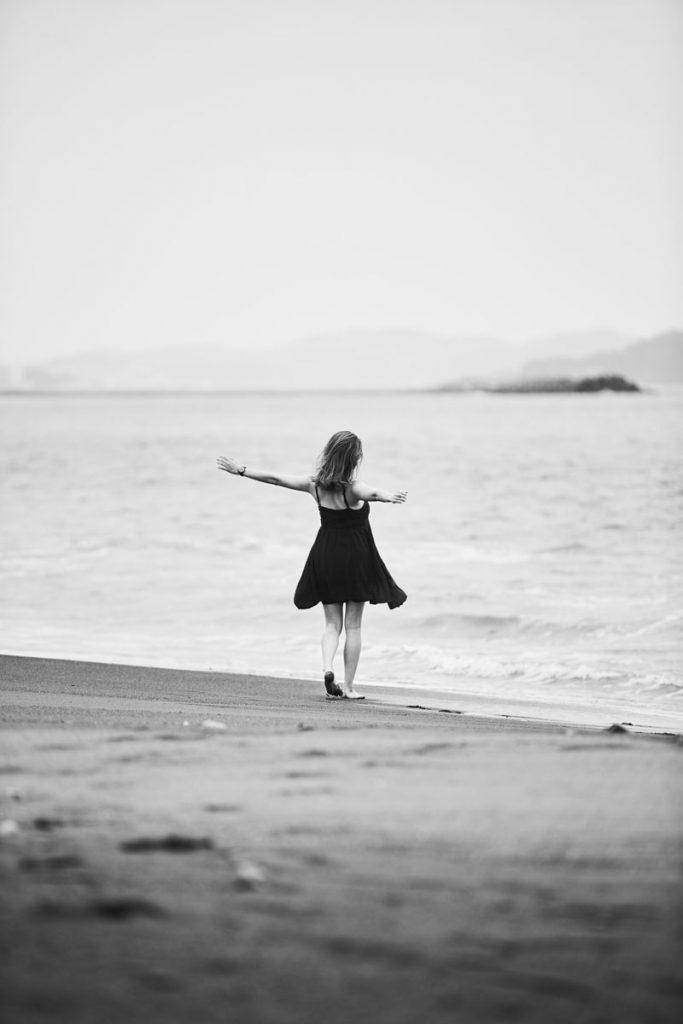 踊るような妊婦、モノクロ写真