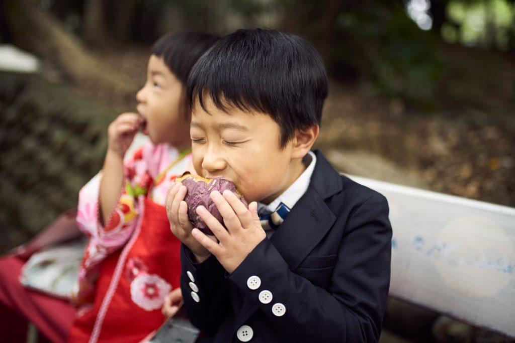 焼き芋を頬張る男の子