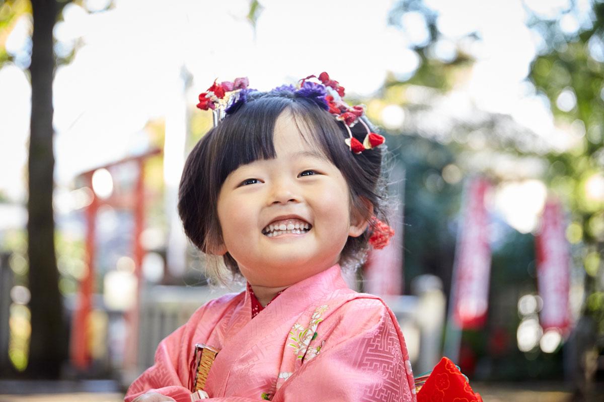 七五三、ピンクの着物をまとい笑顔の女の子