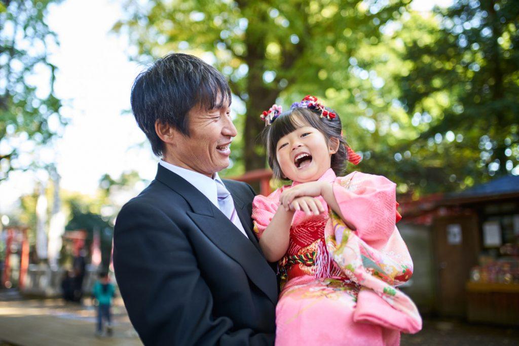お父さんに抱っこされてとてもご機嫌な女の子