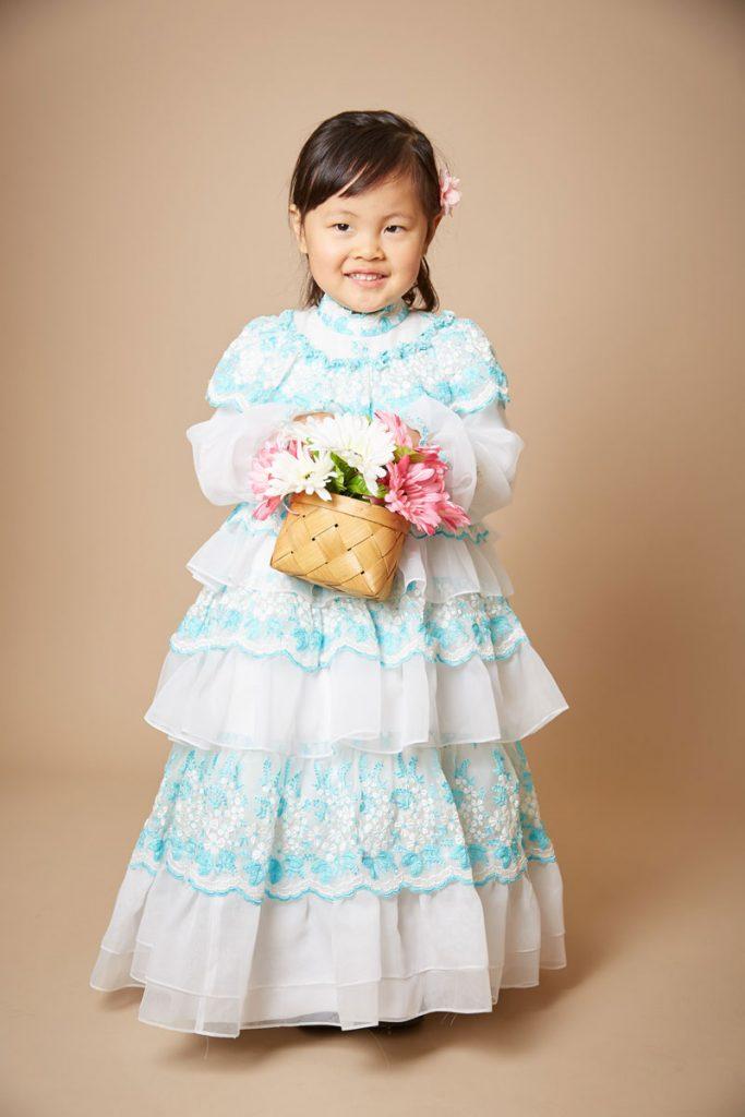 おばあさまが仕立てたドレスを着た女の子