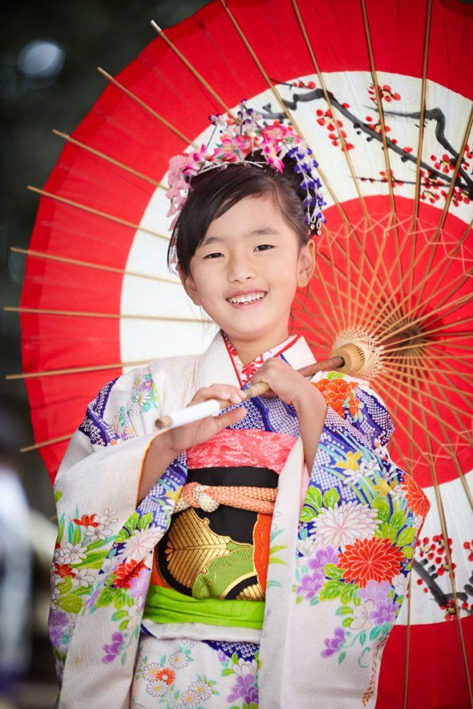 着物姿で和傘をさす女の子