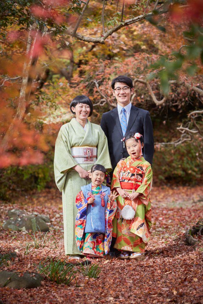 紅葉の中、親子で七五三記念写真