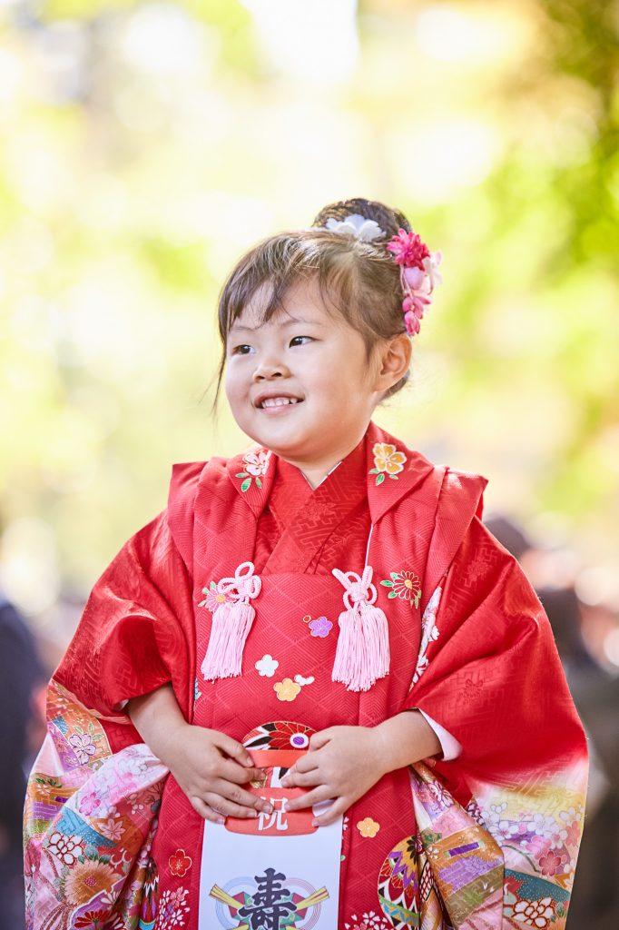 七五三、三歳赤い着物の女の子