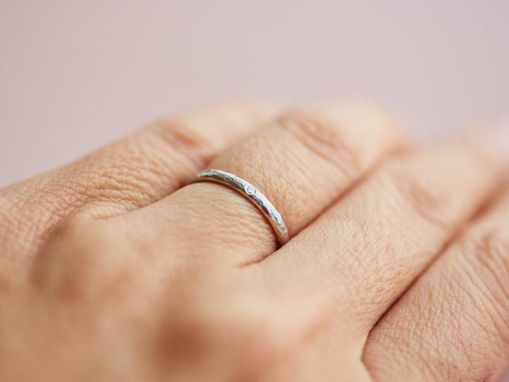 マリッジリングをつけた薬指の写真